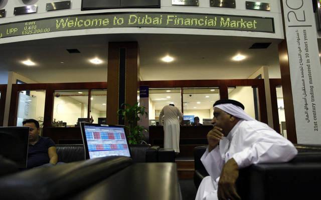 متعاملون بسوق دبى المالى - الصورة من رويترز اريبيان آى