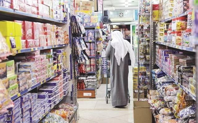 متسوق داخل أحد الأسواق التجارية في الخليج