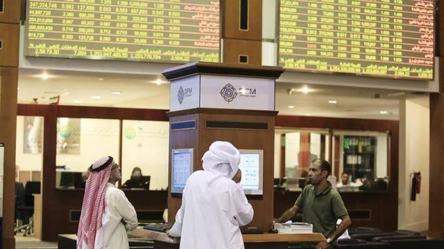 متعاملون يتابعون الأسعار بقاعة سوق دبي المالي، الصورة أرشيفية