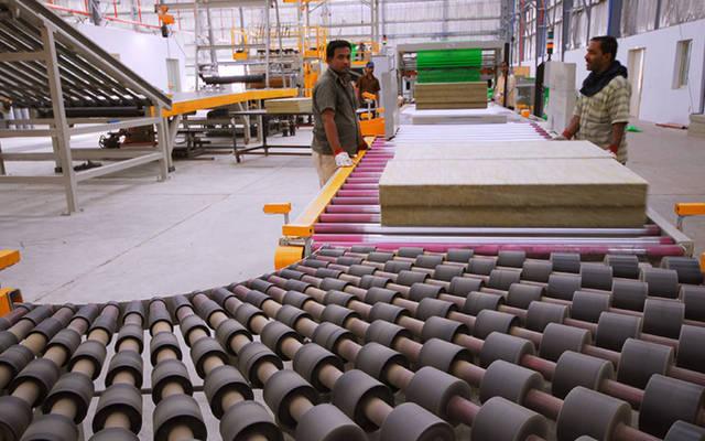 عمال بمصنع لمواد البناء - ارشيفية
