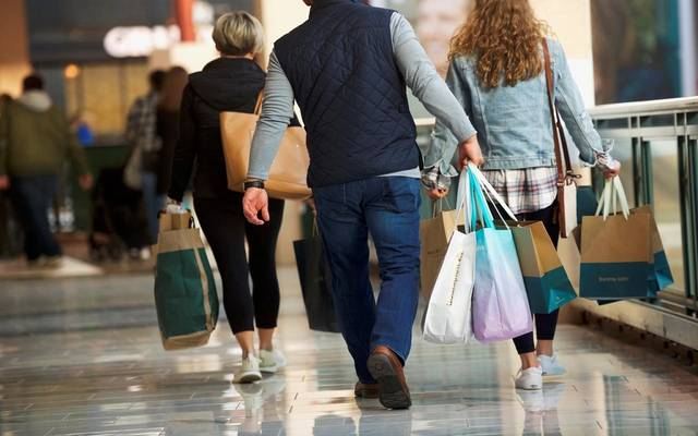 ثقة المستهلكين في الاقتصاد الأمريكي تتجاوز التوقعات خلال يونيو