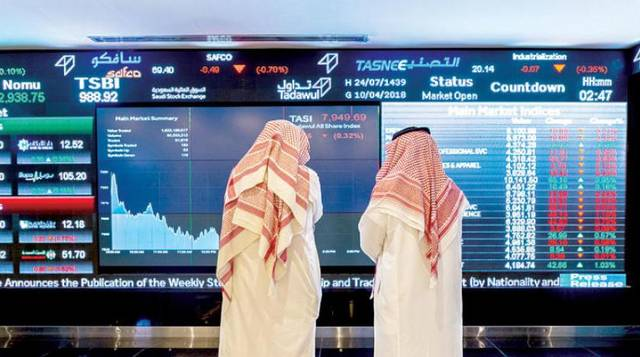 متعاملون يتابعون الأسعار بقاعة السوق السعودي المالي، الصورة أرشيفية