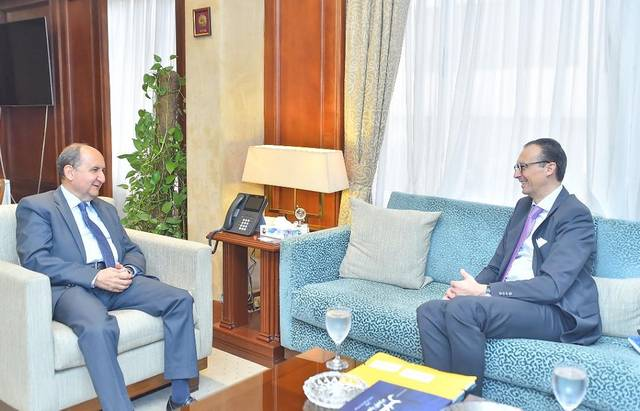 وزير التجارة والصناعة المصري عمرو نصار مع نائب رئيس شركة جونسون آند جونسون العالمية للصناعات الدوائية زيجر فيركوتيرن
