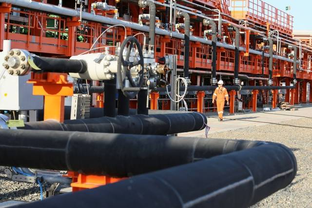 US crude stockpiles drop as oil prices dive