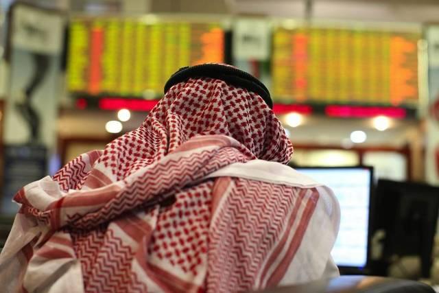 متعامل بسوق دبي المالي، يتابع أسعار الأسهم، الصورة أرشيفية