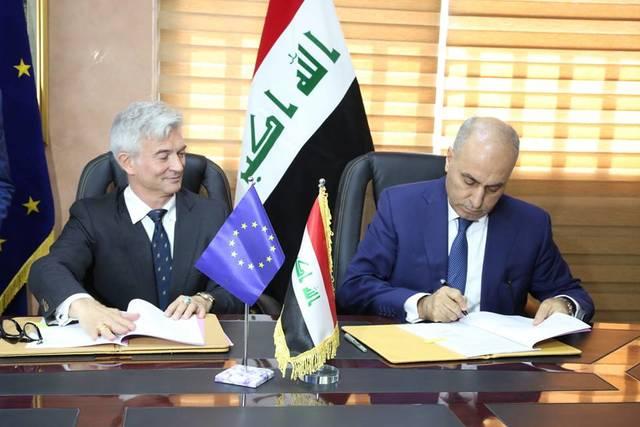 جانب من توقيع الاتفاقية بين وزير التخطيط العراقي وسفير الاتحاد الأوروبي لدى بغداد- الصورة من بيان الوزارة