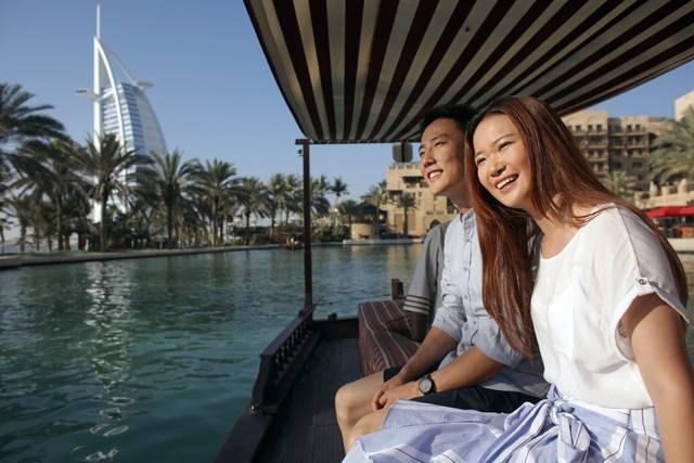سياح صينين خلال زيارة إمارة دبي