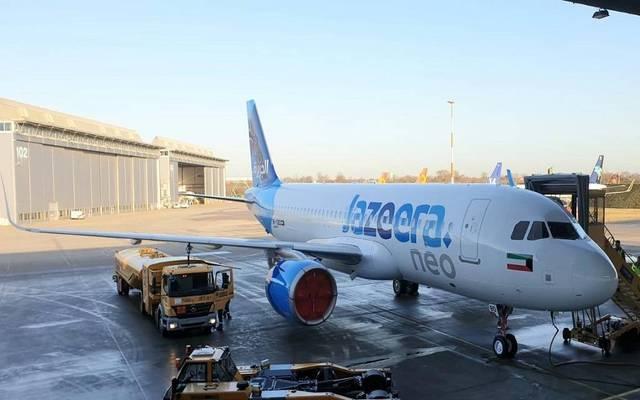 """إحدى الطائرات التابعة لـ""""الجزيرة"""" في أرض مطار الكويت الدولي"""