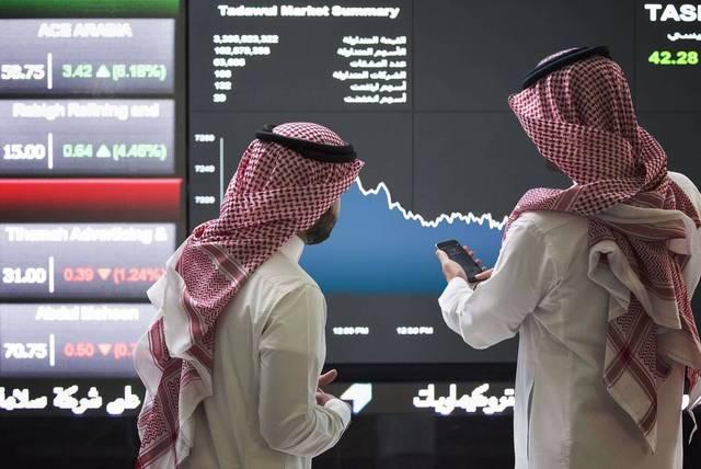 متعاملون يتابعون أسعار الأسهم بالبورصة السعودية