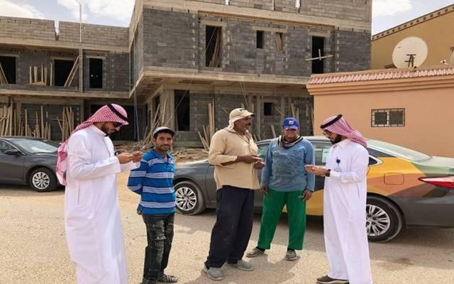 عمال بأحد المواقع بالسعودية
