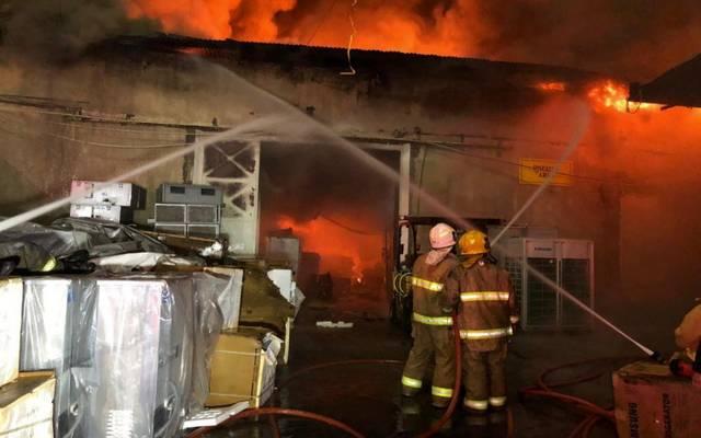 جانب من إطفاء الحريق الهائل في منطقة الري الصناعية