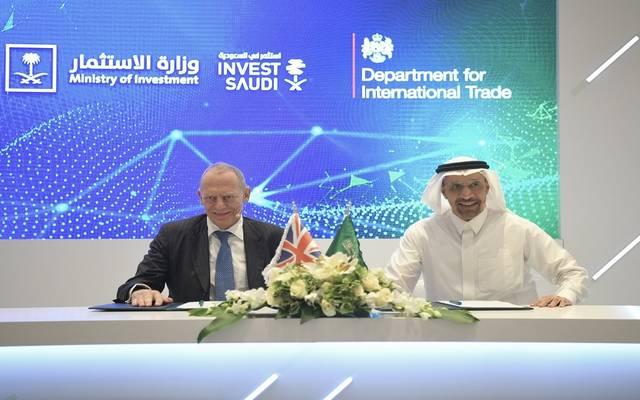 جانب من توقيع المذكرة بين حكومة السعودية والمملكة المتحدة بحضورا وزيرا الاستثمار في البلدين