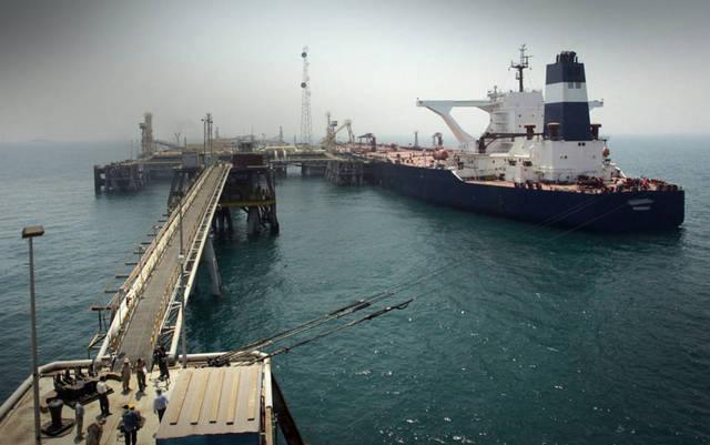 حاملة نفط بالساحل أثناء عملية الشحن
