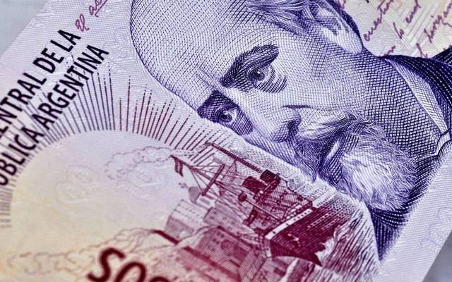 عملة الأرجنتين تواصل خسائرها بنحو 5% مع المخاوف السياسية