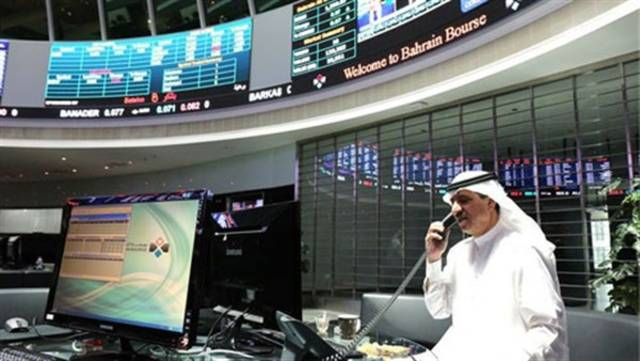 صورة أرشيفية لمستثمر يتابع أنشطة التداول داخل مقر بورصة البحرين
