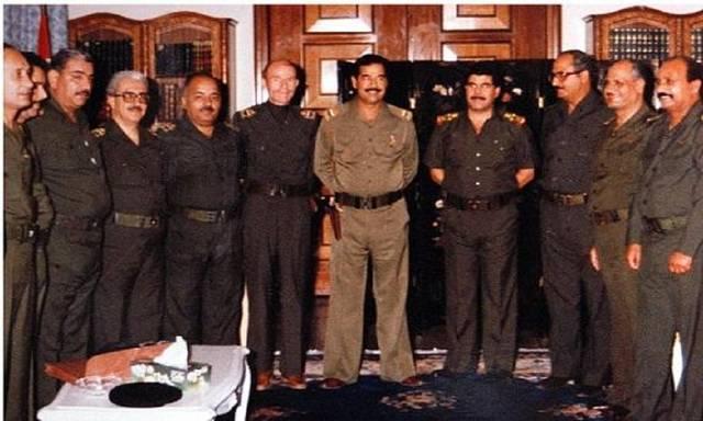 الرئيس العراقي الأسبق صدام حسين وسط أركان نظامه من البعثيين الاشتراكيين