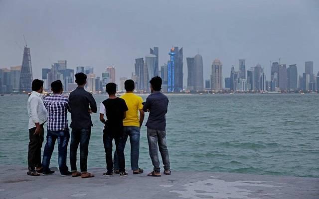 سكان على شاطئ بالعاصمة الدوحة