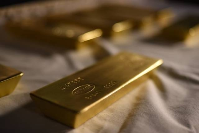 Gold dips as dollar gains on US-China trade pact optimism