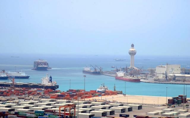 عمليات شحن وتفريغ حاويات بميناء جدة