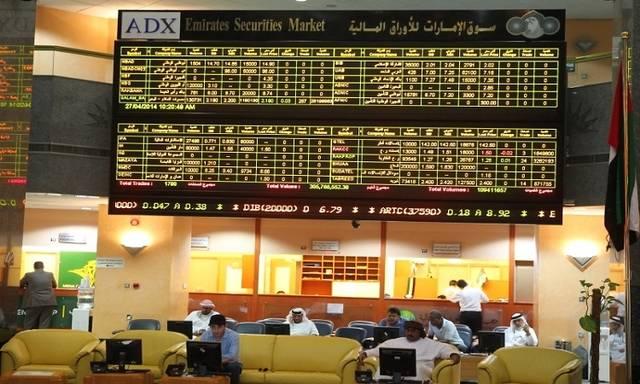 متعاملون يتابعون التداولات داخل بورصة أبوظبي