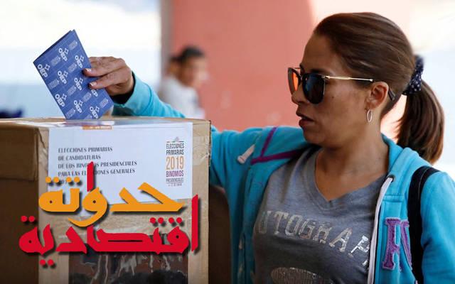 مواطنة تدلي بصوتها في الانتخابات بالأرجنتين