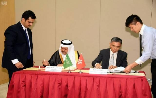 القنصل العام السعودي يوقع الاتفاقية نيابة عن وزير المالية بالصين