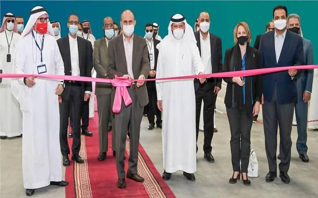 جانب من تدشين النائب الأعلى للرئيس للخدمات الفنية في أرامكو السعودية أول منشأة تسليح الألياف الزجاجية في المملكة