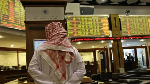 صورة أرشيفية لمستثمر داخل مقر بورصة دبي