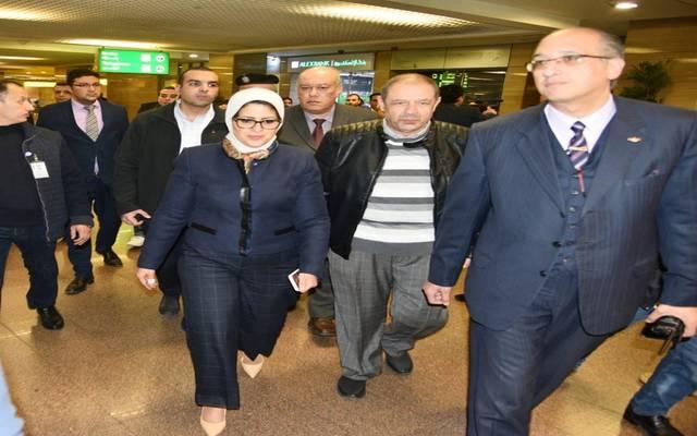 الوزيرة ومدير الطب الوقائي خلال تفقد إجراءات الوقاية بمطار القاهرة