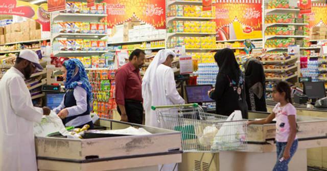 أحد محال بيع المواد الغذائية بدولة الإمارات