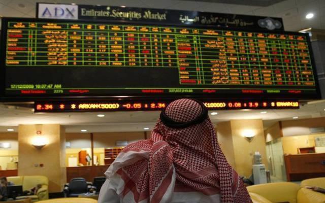 متعامل يتابع أسعار الأسهم بقاعة سوق أبوظبي للأوراق المالية