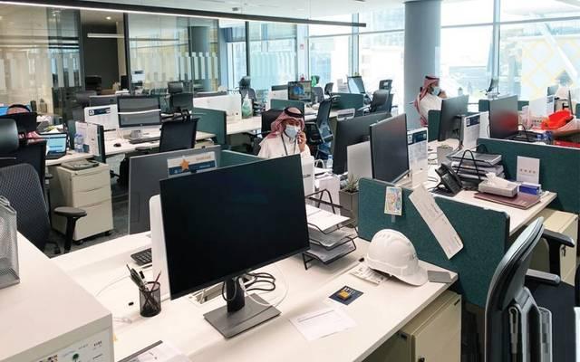 موظفون في إحدى المنشآت بالمملكة العربية السعودية بعد العودة للعمل تدريجياً نتيجة أزمة كورونا