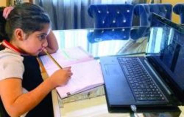 طلاب يمارسون التعليم عن بعد بدولة الإمارات