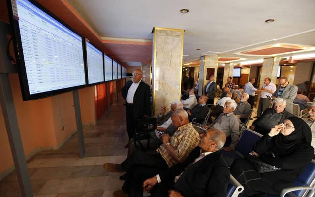 مساهمون يتابعون التداولات بسوق العراق للأوراق المالية- أرشيفية