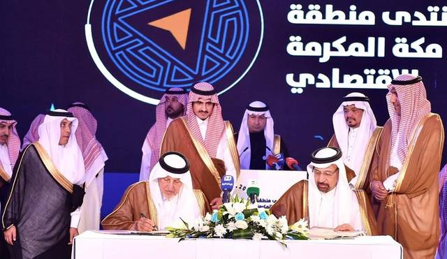 أمير منطقة مكة المكرمة الأمير خالد الفيصل والمشرف على مشروع تطويرها يوقع الاتفاق مع وزير الطاقة خالد الفالح