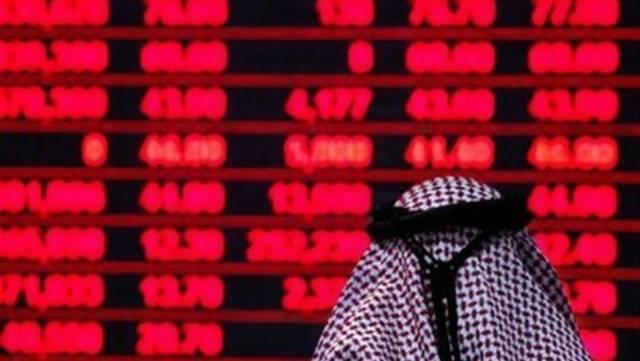 متعامل يتابع أسعار الأسهم القطرية عن كثب، الصورة أرشيفية