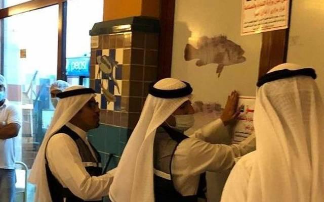 """فرق تفتيش تابع لـ""""التجارة"""" تقوم بإغلاق أحد المحال التجارية في الكويت"""