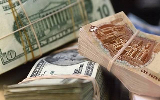 عملة مصرية فئة الجنيه وعملة الدولار الأمريكي