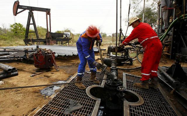 النفط يتراجع بعد بيانات اقتصادية