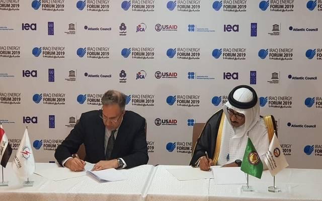وزير الكهرباء العراقي لؤي الخطيب، ورئيس هيئة الربط الخليجي أحمد إبراهيم أثناء توقيع الاتفاقية