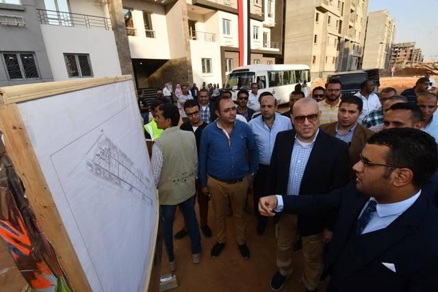 وزير الإسكان عاصم الجزار خلال جولة بمدينة الشروق