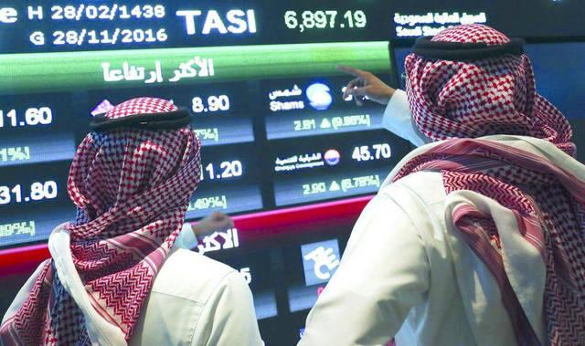 مستثمرون يتابعون أسعار الأسهم الخليجية