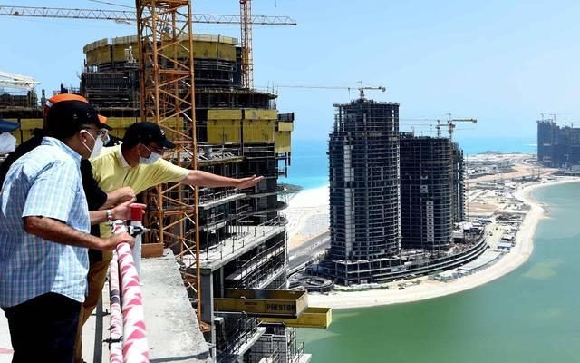 رئيس الوزراء ووزير الإسكان خلال تفقد منطقة الأبراج الشاطئية