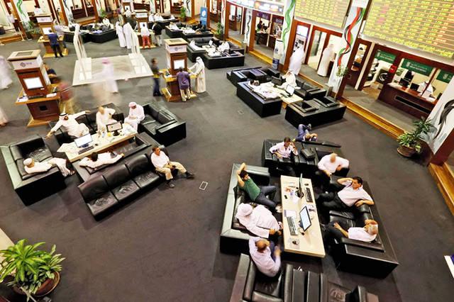 متعاملون يتابعون الاسعار بقاعة سوق دبي المالي، الصورة أرشيفية