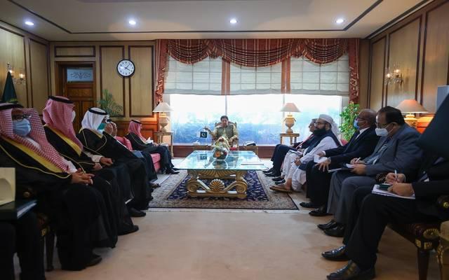 رئيس وزراء باكستان يستقبل وزير الخارجية السعودي في مكتبه بمقر رئاسة الوزراء في العاصمة إسلام آباد