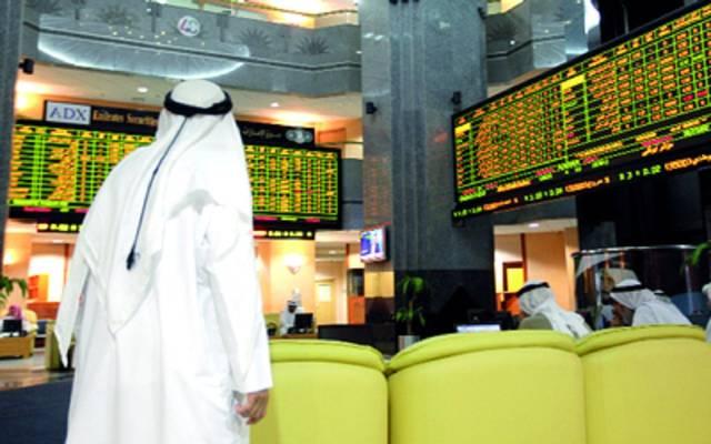 مستثمر أمام شاشة التداول بسوق أبوظبي المالي ـ أرشيفية