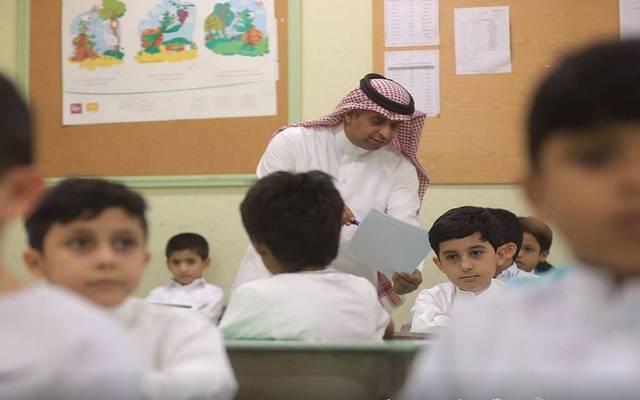 مدرس يشرح للطلبة بمدرسة سعودية- أرشيفية