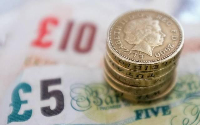 الإسترليني أدنى 1.30 دولار بعد استقالة وزير النقل البريطاني