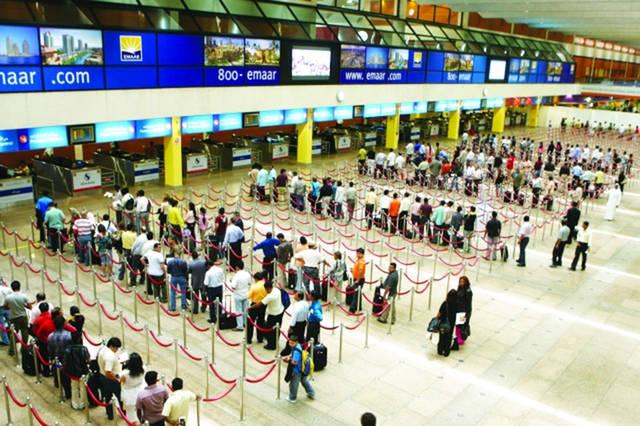 مسافرون بأحد مطارات الإمارات