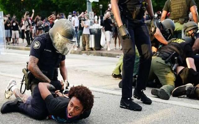 احتجاجات وطوارئ وإغلاق متاجر.. ماذا يحدث في الولايات المتحدة؟
